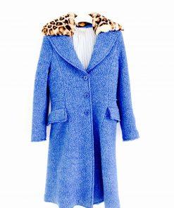 Cappotto bluette Ermanno Scervino con un effetto di lana grezza, colletto arrotondato con eco-pelliccia rimovibile nella fantasia stampa leo, chiusura con 3 bottoni tono su tono