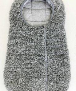 Sacco nanna Herno grigio mélange chiaro con effetto di lana bouclé, classico della maison, interno tono si tono, placchetta argento al centro del cappuccio