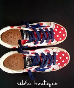 Sneaker GoldenGoose modello superstar in tela di cotone e vitello con fantasia colorata a pois blu e e rossi, dettaglio dello smile sul lato della sneaker