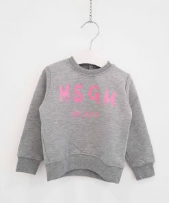 Felpa girocollo grigio chiaro con scritta frontale rosa barby con le lettere maiuscole del brand. Bottoni a pressione sulla spalla