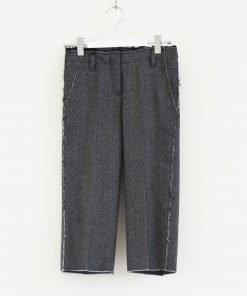 Pantalone DonDup con la classica fantasia sale e pepe sui toni del grigio, modello con taglio a vivo voluto tasche posteriori impreziosite da medaglietta con il logo