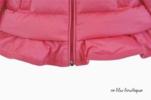 Giubbotto Moncler con imbottitura in piuma e trapuntata a boudin color blu scuro. Motivo su fondo a contrasto in gros grain, cappuccio imbottito, staccabile con bottoni, chiusura anteriore con zip tono su tono. Polsini con elastico, logo Moncler in feltro applicato sulla manica sinistra, lunghezza media