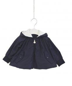 Giacca a vento blu scuro in nylon per bambina by Moncler enfant, con cappuccio rimovibile, manica lunga, chiusura zip, con tasche, svasato, applicazione logo su manica.