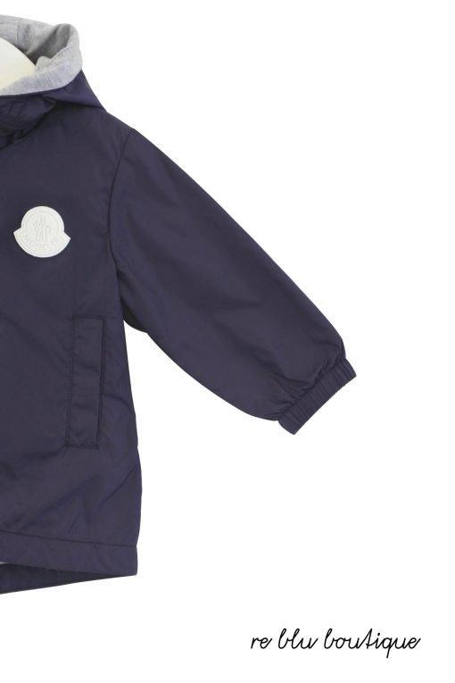 """Giacca a vento Moncler modello parka """"Apatou"""", color blu curo con cappuccio non rimovibile, mazi scritta laterale sulla manica a lettere maiuscole bianche, tasche laterali a filetto"""