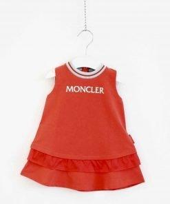 Vestito Moncler rosso in cotone elasticizzato per bambina, senza maniche, svasato, tinta unita, collo tondo, con rouches in fondo.