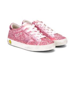 Sneaker GoldenGoose modello Super-Star in glitter rosa barby, stella in pelle metallizzata, dettaglio in pelle sul tallone,smile sulla suola in gomma, fodera in spugna di cotone. Soletta estraibile e traspirante, suola in gomma