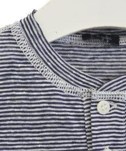 Maglia modello serafino Il Gufo a righe bluette verticali in misto lino, bottoni bainco panna con serigrafato il nome del brand