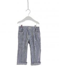 Pantalone Il Gufo quattro tasche in seersucker a righe bianche e blu. La lunghezza del pantalone permette di scegliere se portarlo classico o con risvolto. Possibilità di regolare il fit grazie a un pratico elestico interno