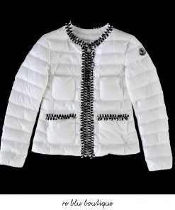 """Piumino trapuntato bianco modello """"HIva"""" di Moncler. Profili in tessuto bianco e nero, tasche frontali a toppa, taschino sul petto, polsini elastici, dettaglio logo sulla manica, chiusura con zip"""