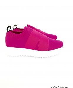 Slip-on basse color rosa ciclamino, tirante sul retro, fasce elasticizzate. Tomaia in maglia, soletta estraibile e traspirante, suola in gomma EVA