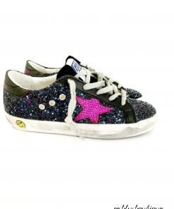"""Sneaker modello """"SuperStar"""" interamente ricoperto di glitter che il, brand definisce """"galaxy blu, motivo a stella fucisa laterale, effetto vintage voluto, logo sul retro della scarpa."""