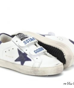 """Sneaker Golden Goose modello """"Old School"""" bicolore, stella color blu marino, linguetta in velcro, logo sul retro della scarpa, occhielli in metallo. Venduta con i lacci color grigio chiaro."""