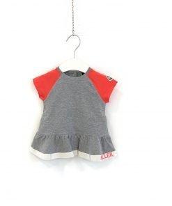 Completo Moncler Baby in jersey stretch color grigio chiaro melange con dettagli a contrasto nel colore di stagione salmone, colletto e polsini a costine.