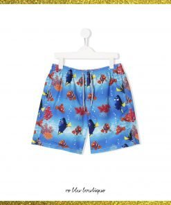 Costume Saint Barth modello boxer fondo bluette con stampa di pesci su tutta la superfice, elastico in vita con coulisse, tasche laterali, spacchi laterali e tasca posteriore con pattina.