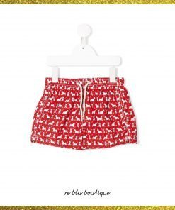 Costume Saint Barth modello boxer rosso con stampa di piccoli cani bianchi su tutta la superfice, elastico in vita con coulisse, tasche laterali, spacchi laterali e tasca posteriore con pattina.