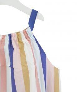 L'abito Lilla in popeline è un elemento essenziale del condimento estivo. Svasata, indossa strisce verticali dai colori vivaci e un scollo rotondo arrotondato. Si allineerà con una giacca di jeans che riporterà il blu delle tasche anteriori.