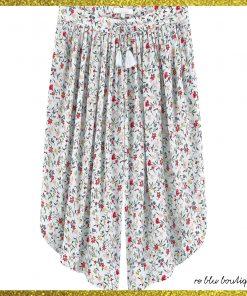 Maxi shorts in twill di viscosa Chloe fondo azzurro e stampati piccoli fiori multucolore, vita elasticizzata con nappine fatte a mano, pannelli con pinces