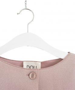 Cappottino rosa pallido con delicato effetto lurex, senza collo, bottoni tono su tono serigrafati con il nome del brand, taglio a vivo