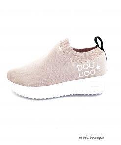 Sneakers Fessura per Doudou color rosa pastello, il modello classico di fessura reinterpretato per questa collaborazione molto riuscita. Suola in gomma bianca, logo laterale