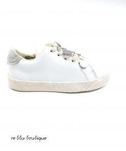Sneakers DouDou in pelle bianca con suola in gomma tono su tono, lacci avorio elasticizzati, piccole medaglie argento