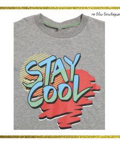 T-Shirt StellaMcCartney in cotone grigio mélange con stampa sul pannello frontale di una scritta dai colori accesi. Collo a costine