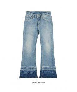 Jeans DonDup dalla linea bootcut, leggermente svasata al fondo. Il modello 5 tasche è realizzato in denim di cotone stretch con trattamento stone washed e orli a taglio vivo sfrangiati. Cuciture con filo giallo tipiche del brand.