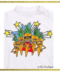 T-shirt StellaMcCartney girocollo con stampa frontale su tutta la superficie che ritrae un disegno esclusivo del brand. Collo, polsi e fondo a costine, chiusura con bottoni a pressione sulla spalla