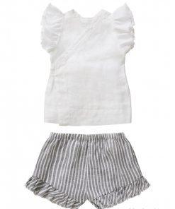 Completo Il Gufo due pezzi da neonata formato da top in lino bianco con volant sulle maniche e grande fiocco davanti. Il bermuda è in lino rigato bianco e grigio con ruches sfrangiata.