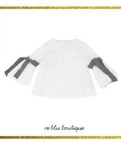 Camicia Unalbel girocollo bianca in cotone, chiusura sul retro con zip a scomparsa, nastri in grosgrain sulle maniche colore a contrasto grigio