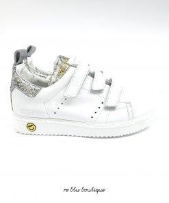Sneakers 'Smash' di colore bianco e argento in cotone e pelle di Golden Goose Deluxe Brand Kids. Modello con punta tonda, linguetta con logo goffrato, linguetta posteriore, tallone con contrasto, dettagli glitter e soletta in gomma.