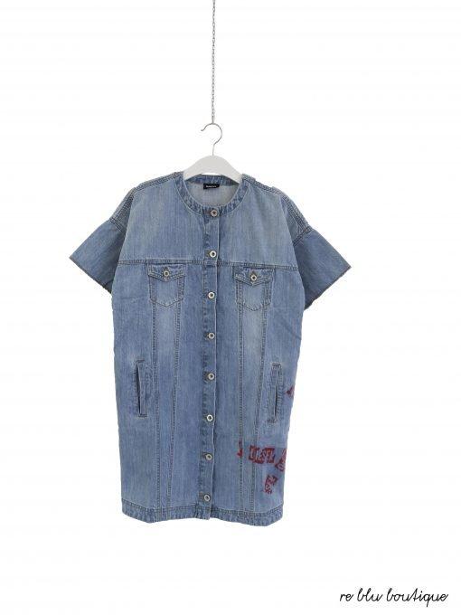Vestito Diesel in jeans chiaro delavè a maniche corte, bottoni serigrafate con i nome del brand argento, sul fondo stampe di strisce rosse