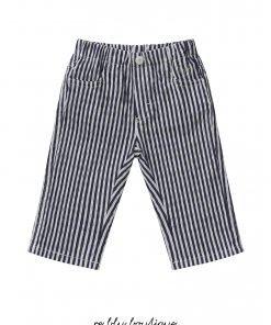 Pantalone Il Gufo a quattro tasche in seersucker a righe bianche e blu. La lunghezza del pantalone permette di scegliere se portarlo classico o con risvolto. Possibilità di regolare il fit grazie a un pratico elastico interno.