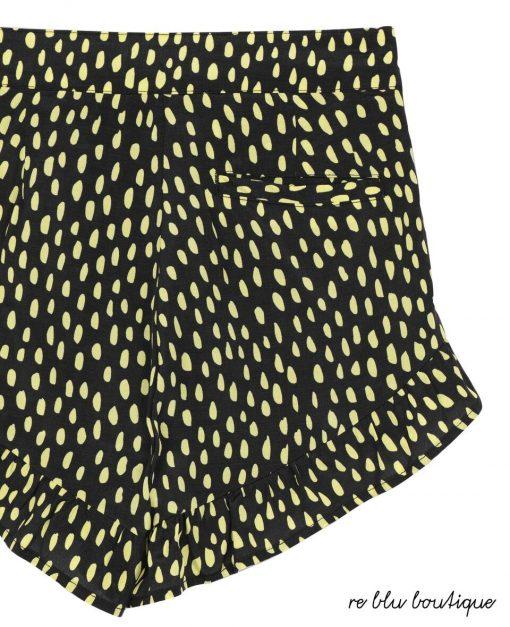 Bermuda StellaMcCartney corto con fondo nero e stampa di micro pois gialli accessi su tutta la superficie, fondo arrotondato e piccoli volant