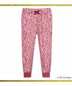 Pantalone Lanvin color ciclamino, elastico e coulisse in vita, stampa all over tono su tono con il nome del brand scritto a lettere maiuscole, fondo del pantalone stretto, due tasche laterali
