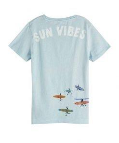 T-shirt celeste scotch&shrunk in tinta in capo per un effetto sbiadito, realizzata in jersey di cotone. La T-shirt presenta stampe e decorazioni ispirate al surf.
