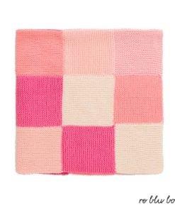 Coperta Bonpoint, realizzata a mano interamente in cotone, formata da vari quadrati colorati in nuances sui toni del rosa