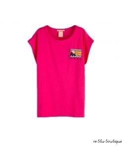 T-shirt fucsia Scotch R'Belle in cento per cento cotone, fit squadrato e una decorazione stampata sulla parte anteriore di un disegno esclusivo del brand