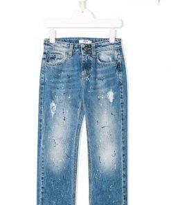 Pantalone jeans in denim in cotone di MSGM. Modello con vita media, patta con zip e bottone, vita con passanti, effetto sbiadito, stampa effetto vernice e design con cinque tasche.