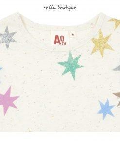 T-Shirt AO76 a manica corta color panna con effetto sale e pepe e stampa sulla parte davanti di stelle multicolor dai colori fluo, logo sul fondo sinistro, modello a scatola