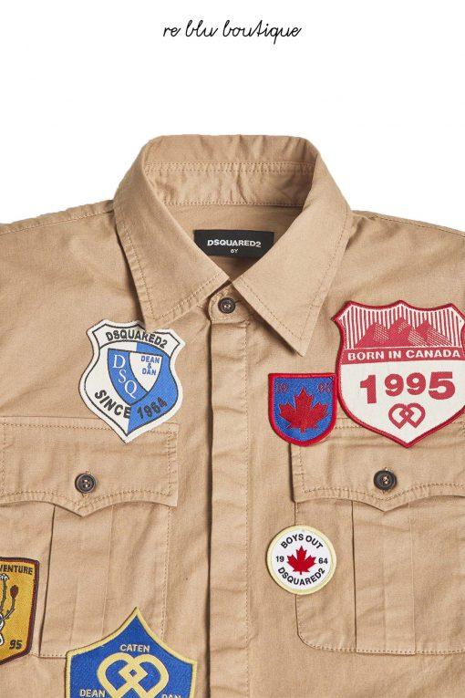 Camicia modello sahariana color nocciola Dsquared2, applicati su tutta la superficie della camicia patch di varie forme e colori che sono unici della maison