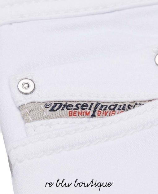 """Denim Diesel modello """"Tepphar"""" slim fit con carrot leg più stretta alla caviglia. Il tessuto JoggJeans super stretch ha l'aspetto del denim ma è ancora più morbido e versatile, per pantaloni super aderenti facili da indossare."""