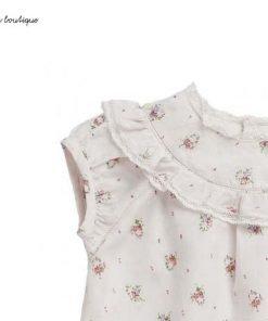 Blusa rosa pallido in lino Bonpoint, piccoli volant, motivo floreale e pizzo, Chiusura sulla schiena con piccoli bottoni in tono con la blusa