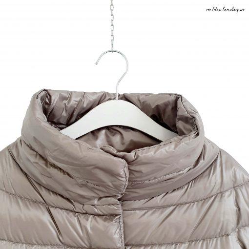 Piumino corto color tortora Herno, il classico modello a cappetta della maison senza cappuccio, vestibilità a ovetto morbida