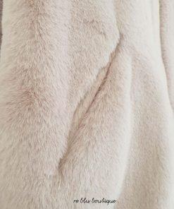 Bomber Chiara Ferragni in ecopellicia color rosa antico, il modello è il suo unico da diverse stagioni, zip oro con stemma e maxi logo occhio sulla schiena