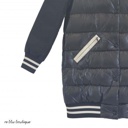 """Piumino modello """"Sabline"""" bicolor bianco e nero modello bomber lungo, tasche e dettagli a contrasto e logo sulla manica, cappuccio rimovibile"""