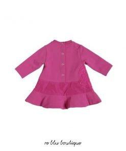 Vestito girocollo color rosa acceso Moncler, modello a maniche lunghe, chiusura sul retro con bottoni a pressione tono su tono, pannello laterale con ricamo