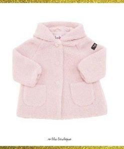Cappotto in morbida spunga rosa pallido Il Gufo, modello con cappuccio non rimovibile, chiusura frontale con bottoni, due tasche applicate frontalmente