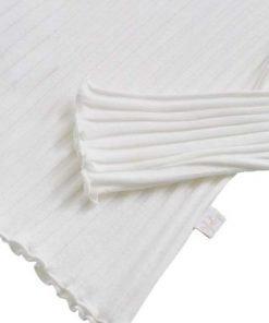 Grazioso lupetto bianco latte Il Gufo in cotone elasticizzato a costine, dolcemente arricciato sul fondo e sulle manichette.