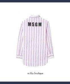 Camicia a righe di MSGMcon silhouette a camicia, motivo a righe rosa e bianco, dettaglio slogan, maniche lunghe e logo stampato sul retro.
