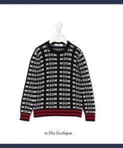 Il pullover MSGM è realizzato in cotone nero con logo jacquard all over. Presenta girocollo, maniche lunghe e bordi a costine